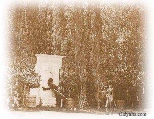 Декоративный фонтанъ въ парке именiя Ливадiя
