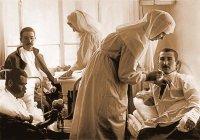 Сестры милосердия ухаживают за ранеными
