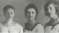 Три подруги: Тамара Пороховская, Зинаида Шанецкая, Софья Толстая