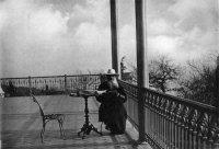 Толстой на веранде второго этажа имения Паниной